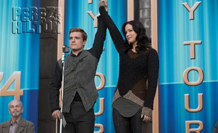 hunger-games-catching-fire-new-movie-pic-katniss-peeta__oPt